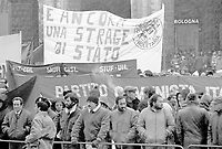 27 dicembre 1984, Piazza Maggiore a Bologna: funerali delle vittime della strage del Rapido 904 nota come strage di Natale. Una folla immensa partecipa con striscioni di protesta.<br /> December 27, 1984, Piazza Maggiore in Bologna: funeral of the victims of the Rapido 904 massacre known as Christmas massacre. An immense crowd participates with banners of protest.