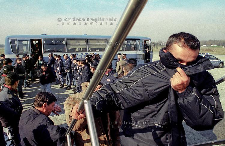 Milano, marzo 2002.<br /> Aereoporto di Linate, rimpatrio immigrati clandestini albanesi.<br /> Milan, march 2002.<br /> Linate airport, repatriation immigrants clandestines to Albania.