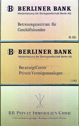 Filiale der Berliner Bank am Kurfuersten Damm in Berlin Charlottenburg. Die Berliner Bank ist Mitglied in der Unternehmensgruppe der Bankgesellschaft Berlin.<br /> Die Finanzkrise der Bankgesellschaft Berlin und des Landes Berlin, hatte die zehn Jahre dauernde Koalition aus CDU und SPD in eine schwere Regierungskriese gestuerzt und letztendlich zum Bruch der Koalition gefuehrt.<br /> 26.6.2001, Berlin<br /> Copyright: Christian-Ditsch.de<br /> [Inhaltsveraendernde Manipulation des Fotos nur nach ausdruecklicher Genehmigung des Fotografen. Vereinbarungen ueber Abtretung von Persoenlichkeitsrechten/Model Release der abgebildeten Person/Personen liegen nicht vor. NO MODEL RELEASE! Nur fuer Redaktionelle Zwecke. Don't publish without copyright Christian-Ditsch.de, Veroeffentlichung nur mit Fotografennennung, sowie gegen Honorar, MwSt. und Beleg. Konto: I N G - D i B a, IBAN DE58500105175400192269, BIC INGDDEFFXXX, Kontakt: post@christian-ditsch.de<br /> Bei der Bearbeitung der Dateiinformationen darf die Urheberkennzeichnung in den EXIF- und  IPTC-Daten nicht entfernt werden, diese sind in digitalen Medien nach &sect;95c UrhG rechtlich geschuetzt. Der Urhebervermerk wird gemaess &sect;13 UrhG verlangt.]