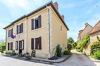 France, Cher (18), Apremont-sur-Allier, labellisé Plus Beaux Villages de France, la mairie dont le rez-de-chaussée abrite une brocante