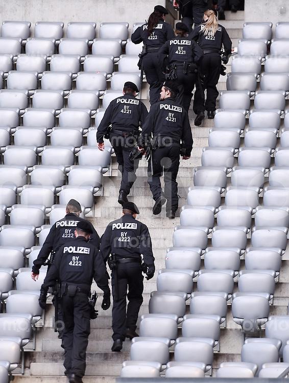 FUSSBALL INTERNATIONAL TESTSPIEL in Muenchen in der Allianz Arena Deutschland - Italien    29.03.2016  Polizisten durchsuchen sie Tribuenen der Allianz Arena