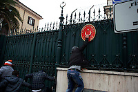 Kurdi assaltano ambasciata Turca