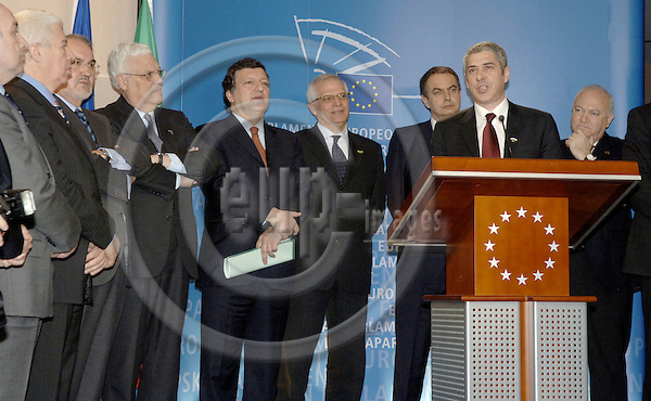 Brussels-Belgium - 23 March 2006---Josep BORRELL (4.ri) - President of the European Parliament, José (Jose) Manuel BARROSO (5.ri) - President of the European Commission, José Luis RODRÍGUEZ ZAPATERO (3.ri) - President of the Spanish Government, José SÓCRATES (Socrates) (2.ri) - Portuguese Prime Minister, and the Ministers for Foreign Affairs, Diogo FREITAS DO AMARAL (6.ri) - Portugal, and Miguel Angel MORATINOS (ri) - Spain, open an exhibition on 20 years of Spanish and Portuguese EU Membership; at the European Parliament---Photo: Horst Wagner/eup-images