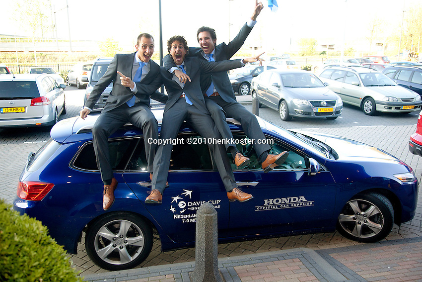 05-05-10, Zoetermeer, SilverDome, Tennis,  Davis Cup, Netherlands-Italy, Goofing about, l.t.r.:Thiemo de Bakker, Robin Haase and Igor Sijsling