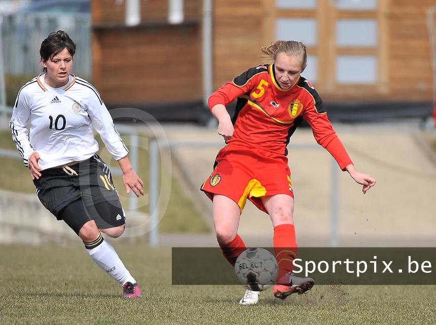 Belgie U17 - Duitsland U17 : Inne De Smet aan de bal voor Jasmin Sehan.foto DAVID CATRY / Vrouwenteam.be