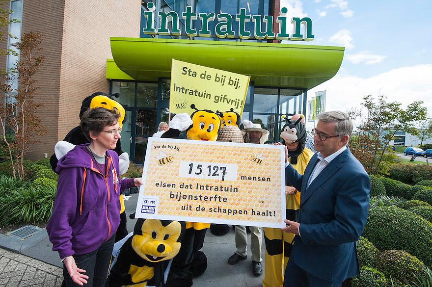 Nederland, Woerden, 12 sept  2013<br /> Milieudefensie bood vandaag ruim 15duizend handtekeningen aan bij Intratuin om te bewerkstelligen dat de gevaarlijke insekticiden de winkel uit gaan. Vooral bijen hebben last van de insekticiden, vandaar dat er een paar bijen waren bij de aanbieding van de handtekeningen bij het hoofdkantoor van Intratuin.<br /> Foto(c): Michiel Wijnbergh