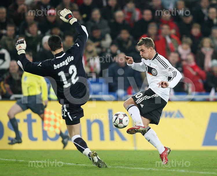 Fussball     International     Testspiel    26.03.2008 Schweiz  0-4  Deutschland  Lukas Podolski (GER,re)  gegen Diego Benaglio (SUI,li)