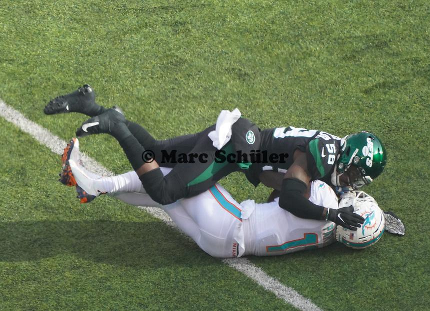 wide receiver DeVante Parker (11) of the Miami Dolphins gestoppt von linebacker Frankie Luvu (50) of the New York Jets - 08.12.2019: New York Jets vs. Miami Dolphins, MetLife Stadium New York