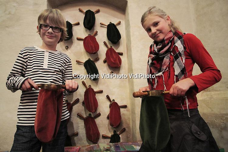 Foto: VidiPhoto ..ELST - Collecteren in de Protestantse Kerk (PKN) in Elst..
