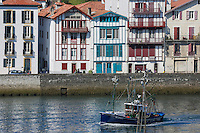 France, Pyrénées-Atlantiques (64), Pays-Basque, Saint-Jean-de-Luz :Le port de pêche , le Thonier Canneur: Airosa  rentre au port // France, Pyrenees Atlantiques, Basque Country, Saint Jean de Luz: the Fishing port and Airosa Line tuna vessel back from fishing