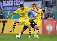 FUSSBALL   DFB POKAL 2. RUNDE   SAISON 2013/2014 TSV 1860 Muenchen - Borussia Dortmund         24.09.2013 Robert Lewandowski (li, Borussia Dortmund) gegen Kai Buelow (1860 Muenchen)
