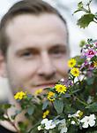 Foto: VidiPhoto<br /> <br /> RIJSOORD &ndash; Iedere bezoeker die in het voorjaar de kassen van GG (Goed en Goedkoop) Tuinplanten in Rijsoord binnenstapt, wordt in enkele ogenblikken overweldigd door een zee van kleuren en geuren. Honderden uitbundige hangingbaskets schreeuwen stuk voor stuk om aandacht en dat komt omdat geen enkele plantenbak hetzelfde is, vertellen de eigenaren Marc (vader) en Jordy (zoon en opvolger) Scheurwater. GG heeft dan ook bijzonder concept. Begin februari kunnen klanten hun plantenbakken brengen en hun voorkeur aangeven voor het vulmateriaal. De Rijsoordse bloemenexperts maken vervolgens de keuze uit 35 soorten pot- en perkplanten, waarna iedere consument zijn eigen unieke hangtuintje of plantenbak tussen april en juni kan afhalen. Omdat hangplanten in tuin en patio steeds populairder worden, wordt ook de regio waar geleverd wordt steeds groter. GG Tuinplanten trekt inmiddels zelfs klanten uit Belgi&euml;. En wie zelf geen voorkeur heeft kan een keuze maken uit het samengestelde bloemenmenu van de kwekers zelf. En na juni zijn de eigenaren druk met de andere tak van &lsquo;sport&rsquo;: het vermeerderen van groentezaden.