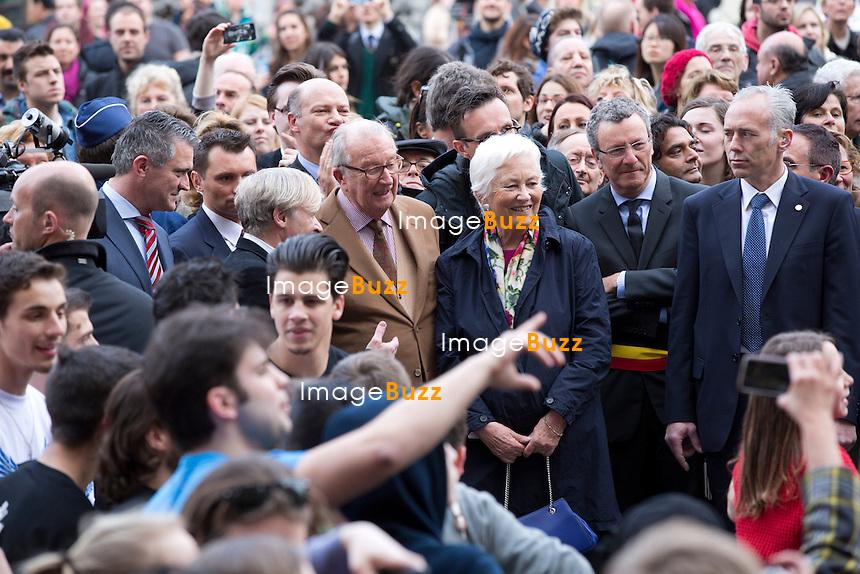 Le Roi Albert II et la Reine Paola de Belgique ont pris un petit bain de foule sur la Grand Place de Bruxelles ce mercredi apr&egrave;s-midi. Ils ont profit&eacute; de leur visite de l'asbl Habbekrats et du projet &laquo; Surplas &raquo;, lanc&eacute; l'ann&eacute;e derni&egrave;re au profit des enfants et des jeunes dans les quartiers du centre de la Capitale, pour traverser la Grand Place et venir saluer les curieux qui passaient par-l&agrave;.<br /> Belgique, Bruxelles, 20 mars 2014.<br /> King Albert II and Queen Paola of Belgium on the Grand Place in Brussels.<br /> Belgium, Brussels, March 20, 2014.