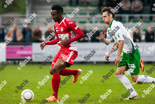 2014-04-12 / Voetbal / Seizoen 2013-2014 / Dessel-Hoogstraten / Moussa Traore (Hoogstraten) is sneller dan Gregory Willems (Dessel)<br /> <br /> Foto: Mpics.be