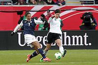 """""""Ungezaehmt"""" kaempfen Shannon Boxx (USA) und Linda Bresonik (D) um den Ball"""