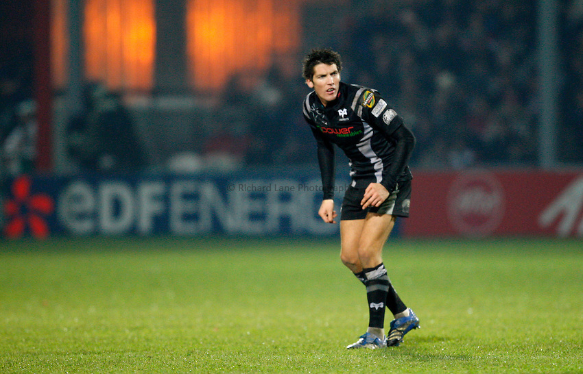 Photo: Richard Lane/Richard Lane Photography..Gloucester Rugby v Ospreys. Heineken Cup. 16/11/2007. .Ospreys' James Hook.
