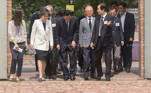 Yukio Hatoyama, Aug 12, 2015 : Japan's former Prime Minister Yukio Hatoyama (C) bows upon his arrival to visit the Seodaemun Prison History Hall in Seoul, South Korea. The Seodaemun Prison History Hall was a prison where Japan had imprisoned Korean fighters for independence during Japan's colonial rule of Korea from 1910-1945. (Photo by Lee Jae-Won/AFLO) (SOUTH KOREA)