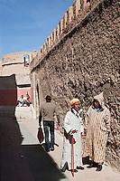 Afrique/Afrique du Nord/Maroc/Essaouira: Scène de rue dans la médina devant les remparts portuguais de la citadelle