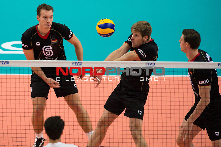17.09.2014, Spodek, Kattowitz<br /> Volleyball, FIVB Volleyball Men`s World Championship 2014, 3. Runde, Deutschland (GER) vs. Iran (IRI)<br /> <br /> Denis Kaliberda (#6 GER), Annahme Sebastian Schwarz (#3 GER), Marcus B&ouml;hme / Boehme (#8 GER)<br /> <br />   Foto &copy; nordphoto / Kurth