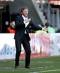 Nederland, Alkmaar, 25 maart 2012.Eredivisie.Seizoen 2011-2012.AZ-RKC Waalwijk (1-0).Gertjan Verbeek, trainer-coach van AZ, geeft aanwijzingen aan zijn spelers