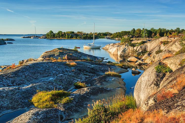 Segelbåt vid klippa på Kallskär i Stockholms ytterskärgård