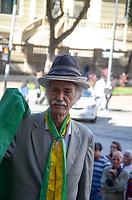 RIO DE JANEIRO, RJ, 08.07.2019 - VELORIO-JOÃO GILBERTO -  Centenas de fãs foram prestar as utimas homenagens no velório no Theatro Municipal do músicoJoão Gilberto, na manhã desta segunda-feira(8).O músico morreu em cas, neste sábado(6), aos 88 ano. João Gilberto foi um dos criadores da bossa nova e enfrentava problemas de saúde havia alguns anos.Cinelândia, regiao central do Rio de Janeiro Rio de Janeiro ( Foto: Vanessa Ataliba/Brazil Photo Press/Folhapress)