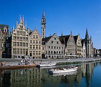 Belgium, Oost Vlaanderen, Ghent: Canal tour and buildings along the Graslei | Belgien, Ostflandern, Gent: Bootsfahrt auf der Graslei, Uferstraße im alten Hafen mit historischen Giebelhaeusern