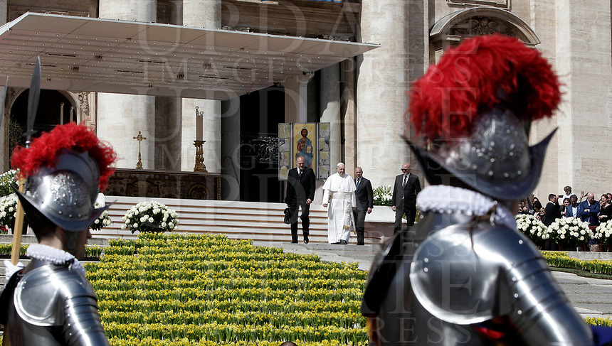 Papa Francesco lascia Piazza San Pietro dopo aver celebrato la Messa di Pasqua. Citt&agrave; del Vaticano, 1 aprile 2018.<br /> Pope Francis leaves after celebrating the Easter mass in Saint Peter's square at the Vatican, on April 1 2018. UPDATE IMAGES PRESS/Isabella Bonotto<br /> <br /> STRICTLY ONLY FOR EDITORIAL USE
