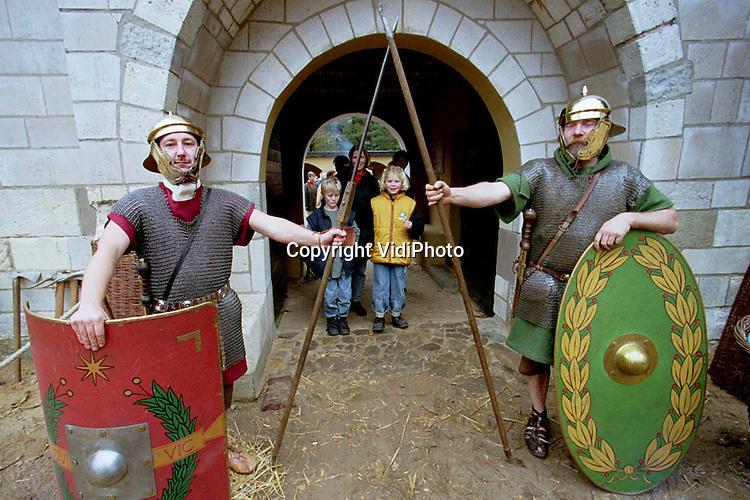 Foto: VidiPhoto..HEILIG LANDSTICHTING - Romeinse soldaten van het onoverwinnelijke 6e legioen hebben zaterdag hun tenten opgeslagen in het Bijbels Openluchtmuseum in Heilig Landstichting (gem. Groesbeek). De 'militairen' uit Duitsland, Belgie en Nederland waren daar om de Romeinse week van het museum af te sluiten. Er werden demonstraties marcheren en exerceren gegeven. Enkele duizenden mensen kwamen op het spektakel af.
