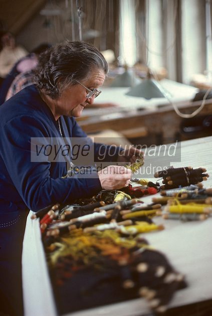 Europe/France/Limousin/23/Creuse/Aubusson : Atelier Tabard - Ouvrière choisissant de la laine<br /> PHOTO D'ARCHIVES // ARCHIVAL IMAGES<br /> FRANCE 1980