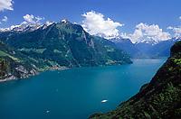 Schweiz, Kanton Uri, Seelisberg: Blick ueber den Urnersee auf Sisikon und die Gipfel Rophaien -Mitte- (2.078 m) und Bristen (3.073 m) hinten rechts | Switzerland, Canton Uri, Seelisberg: view across Urner lake (part of Lake Lucerne) at Sisikon and Rophaien mountains