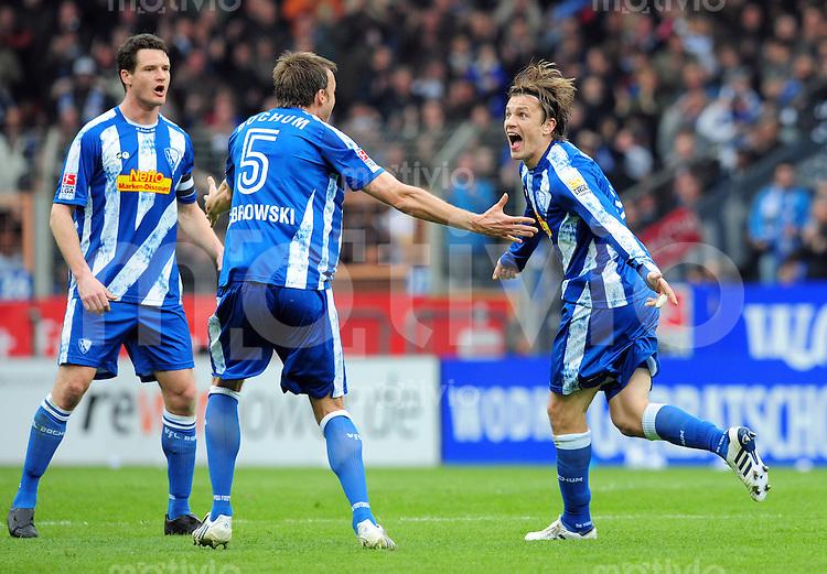 FUSSBALL  1. BUNDESLIGA   SAISON 2009/2010  30. SPIELTAG VfL Bochum - Hamburger SV                                   11.04.2010 Torjubel: Marcel MALTRITZ,  Christoph DABROWSKI und Zlatko DEDIC (v.l., alle Bochum)