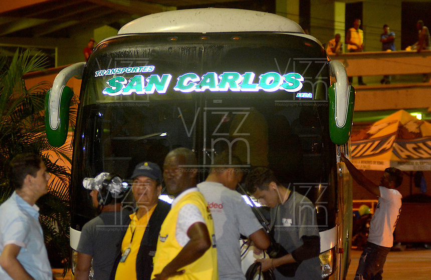 BARRANQUIILLA - COLOMBIA, 18-11-2017: Bus en que se transportaban los jugadores del pasto atacado por bándalos  y causó la suspensión del encuentro entre Atlético Junior y Derpotivo Pasto por la fecha 20 de la Liga Águila II 2017 jugado en el estadio Metropolitano Roberto Meléndez de la ciudad de Barranquilla. / Bus in which the players of the Pasto were traveling to the stadium was attacked by bandits and caused the suspension of the matcha between Atletico Junior and Derpotivo Pasto for the date 20 of the Aguila League II 2017 played at Metropolitano Roberto Melendez stadium in Barranquilla city.  Photo: VizzorImage/ Alfonso Cervantes / Cont