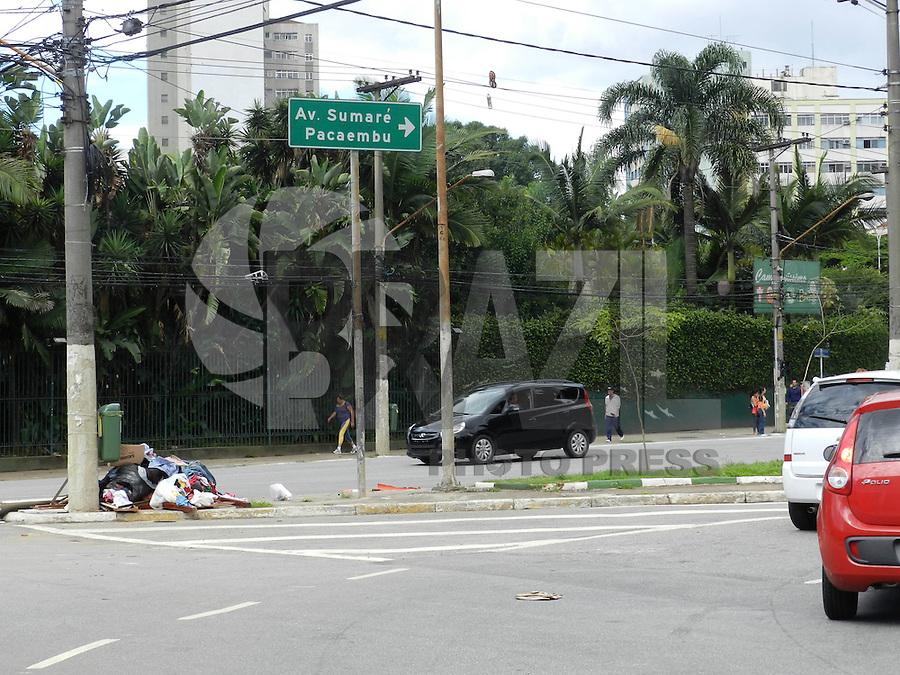 SÃO PAULO, SP, 17 DE JANEIRO 2013. LIXO TURIASSU - Lixo acumulado na Pça Marrey Jr, esquina com Rua Turiassu, local propenso a enchentes, na zona oeste da capital. FOTO: MAURICIO CAMARGO / BRAZIL PHOTO PRESS.