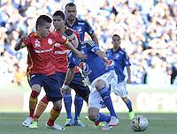 BOGOTA - COLOMBIA -20 -09-2015: Michael Rangel (Der) jugador de Millonarios disputa el balón con Walmer Pacheco (Izq) jugador de Uniautónoma durante por la fecha 13 de la Liga Águila II 2015 jugado en el estadio Nemesio Camacho El Campín de la ciudad de Bogotá./ Michael Rangel (R) player of Millonarios fights for the ball with Walmer Pacheco (L) player of Uniautonoma during the match for the 13th date of the Aguila League II 2015 played at Nemesio Camacho El Campin stadium in Bogota city. Photo: VizzorImage / Gabriel Aponte / Staff.