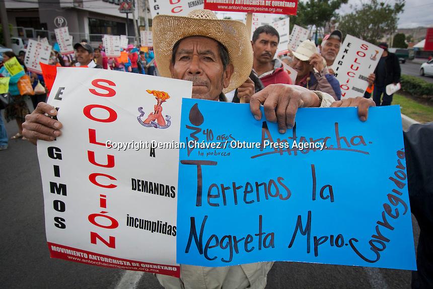 Quer&eacute;taro, Qro. 14 mayo 2014.- Al menos 2 mil integrantes del movimiento Antorcha Campesina, procedentes de 16 municipios del estado, se dieron cita para marchar por las calles del centro hist&oacute;rico de la capital queretana. Demandando se cumplan las demandas de servicios y acuerdos que firm&oacute; el gobierno del estado en estos &uacute;ltimos 4 a&ntilde;os y que no han sido cumplidas. <br /> <br /> En la imagen madres de familia acuden a la marcha y protesta con ni&ntilde;os menores de edad, algunos vitorean y repiten las consignas que los adultos gritan. En otros casos solo exhiben las banderas de papel o tela que les fueron proporcionados o les sirven de entretenimiento mientras los padres y madres realizan la marcha. El sol ocultado por las nubes no caus&oacute; agotamiento en los menores que no tuvieron otra opci&oacute;n que acudir a la manifestaci&oacute;n.<br />  <br /> Foto: Demian Ch&aacute;vez / Obture Press Agency.