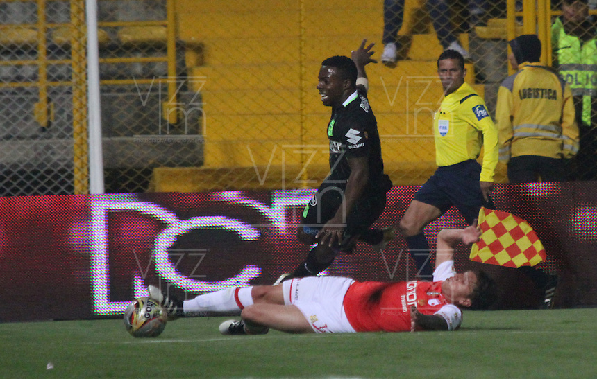 BOGOTA -COLOMBIA, 6-11-2016. Sebastian Salazar(Der) jugador de Independiente Santa Fe   disputa el balón con Cristian Dajome (Izq) del Nacional  durante encuentro  por la fecha 19 de la Liga Aguila II 2016 disputado en el estadio Metropolitano de Techo./ Sebastian Salazar (R) player of Santa Fe   fights for the ball with Cristian Dajome (L) player of Nacional  during match for the date 12 of the Aguila League II 2016 played at Metropolitano de Techo stadium . Photo:VizzorImage / Felipe Caicedo  / Staff