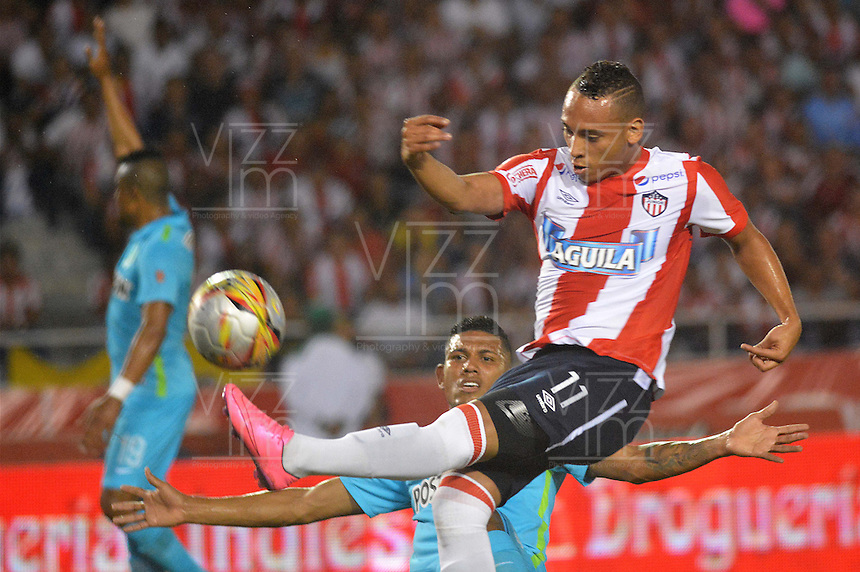BARRANQUILLA- COLOMBIA -16 -12-2015: Jarlam Barrera (Der.) jugador de Atletico Junior disputa el balón con Alexander Mejia (Izq.) jugador de Atletico Nacional, durante partido de ida entre Atletico Junior y Atletico Nacional, por la final de la Liga Aguila II-2015, jugado en el estadio Metropolitano Roberto Melendez de la ciudad de Barranquilla. / Jarlam Barrera (R) player of Atletico Junior vies for the ball with con Alexander Mejia (L) player of Atletico Nacional,  during a match for the first leg between Atletico Junior and Atletico Nacional, for final of the Liga Aguila II-2015 at the Metropolitano Roberto Melendez Stadium in Barranquilla city, Photo: VizzorImage. / Alfonso Cervantes / Cont.
