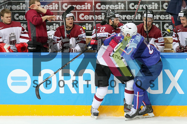 Lativa Jass, Maris (Nr.22) im Zweikampf mit Frankreichs Chakiachvili, Florian (Nr.62) an der Bande im Spiel IIHF WC15 France vs. Lativa.<br /> <br /> Foto &copy; P-I-X.org *** Foto ist honorarpflichtig! *** Auf Anfrage in hoeherer Qualitaet/Aufloesung. Belegexemplar erbeten. Veroeffentlichung ausschliesslich fuer journalistisch-publizistische Zwecke. For editorial use only.