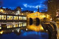 Great Britain, Bath and NE Somerset, Bath: Pulteney Bridge over the River Avon at night | Grossbritannien, England, Bath and NE Somerset, Grafschaft Somerset, Kurort Bath: Pulteney Bridge, von Robert Adam 1774 ueber den Fluss Avon am Abend
