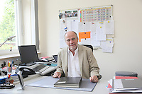 Günther Müller, Schulleiter der Astrid-Lindgren-Sprachheilschule Groß-Gerau, an seinem Schreibtisch