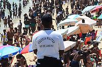 RIO DE JANEIRO, RJ, 12.01.2014 - CLIMA TEMPO / PRAIA / ARPOADOR / RJ- Movimentação de banhistas na praia do Arpoador na tarde deste domingo (12) com muito sol, calor e incidência de raios ultra violeta, em ipanema, na zona sul  da cidade do Rio de Janeiro, na  desta . (Foto: Marcelo Fonseca / Brazil Photo Press).