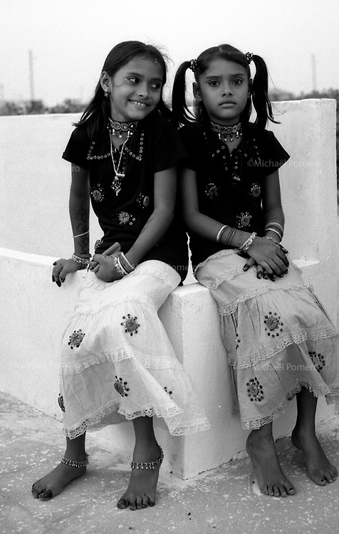 10.2008 Dwarka (Gujarat)<br /> <br /> Two young giels the holy day of &quot;Eid al adha&quot;.<br /> <br /> Deux fillettes le jour de &quot;l'Aid al adha&quot;.