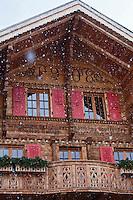 Europe/Suisse/Pays d'Enhaut/Rougemont: Détail d'un chalet du village