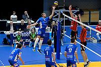 GRONINGEN - Volleybal, Lycurgus - VCV, Eredivisie, seizoen 2017-2018, 07-10-2017,  Lycurgus speler Trifon Lapkov tikt de bal over het net