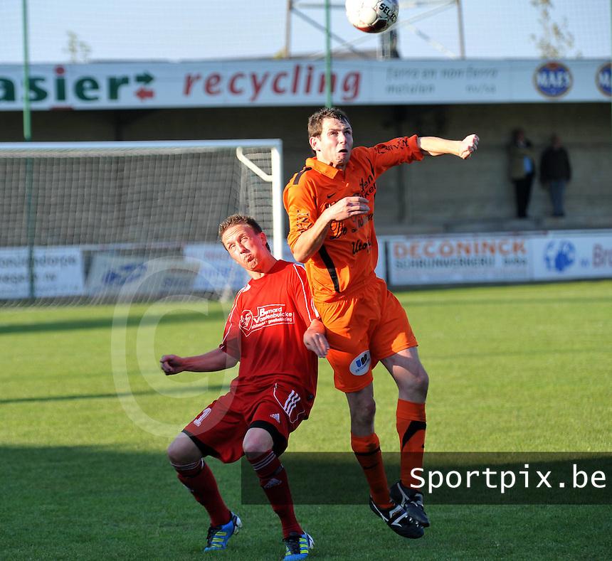 Zwevegem Sport - Sassport Boezinge : Siebe Vanderjeugt klimt hoger dan Mathias Viaene.foto VDB / BART VANDENBROUCKE