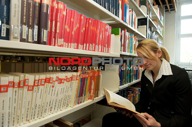 UNiversit&auml;t Vechta - Die Landesrregierung hat auf Vorschlag von Minister Stratmann der Namens&auml;nderung sowie einer entsprechenden &Auml;nderung des Nieders&auml;chsichen Hochshculgesetzes zugestimmt.<br /> <br /> studierende auch in den Semesterferien bei der Arbeit - wie hier in der Bibliothek<br /> <br /> Foto: &copy; nph ( nordphoto )