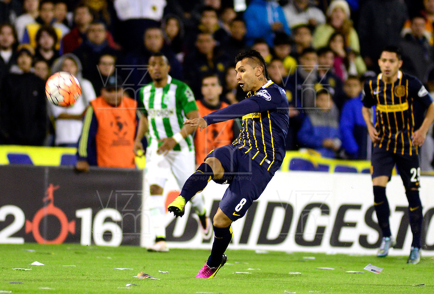 ROSARIO - ARGENTINA - 12-05-2016: Walter Montoya, jugador de Rosario Central de Argentina, anota gol a Atletico Nacional de Colombia, durante partido de ida de cuartos de final, entre Rosario Central y Atletico Nacional por la Copa Bridgestone Libertadores 2016 en el Estadio Gigante de Arroyito, de la ciudad de Rosario. / Walter Montoya, player of Rosario Central of Argentina, scored a goal to Atletico Nacional of Colombia, during a match for the first leg for the quarterfinal between Rosario Central and Atletico Nacional for the Bridgestone Libertadores Cup 2016, in the Gigante de Arroyito Stadium, in Rosario city. Photo: Photogamma / Mario Garcia / VizzorImage / Cont.