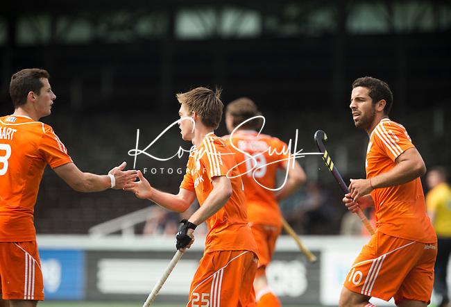 AMSTELVEEN - Neth. -   Thierry Brinkman nadat hij heeft gescoord met Valentin Verga (r) en Sander Baart (l)  tijdens de interland wedstrijd tussen de mannen van Nederland en Frankrijk (8-1), ter voorbereiding van het EK . COPYRIGHT KOEN SUYK