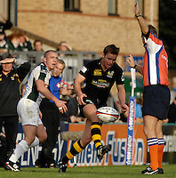 Wycombe, Great Britain, Wasps, Eion REDDAN takes tap kick under the eyes of referre Andre SMALL and watched by Exile Richie REES , during the EDF Energy, Anglo Welsh, rugby Cup match, London Wasps vs London Irish,  at Adams Park, England, 08/10/2006. [Photo, Peter Spurrier/Intersport-images]....